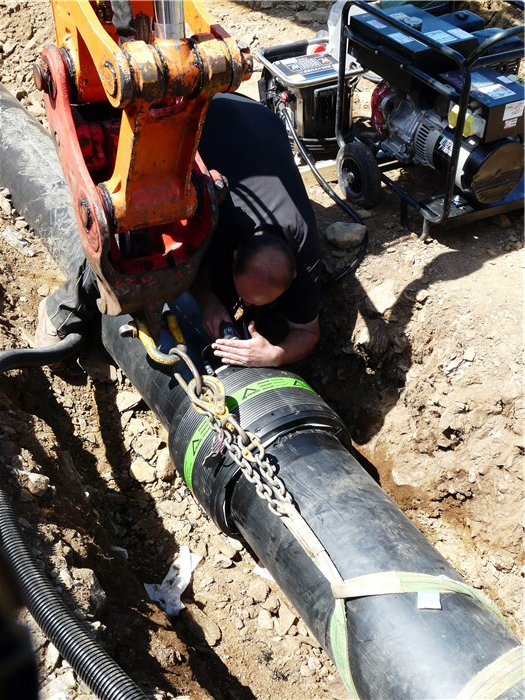 Welding the connector between the first and second 130m sections of pipe 9 June 2015